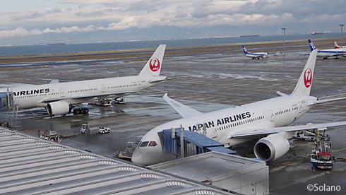 朝の中部国際空港、成田行きのB787-8、羽田行きのB777-300ER