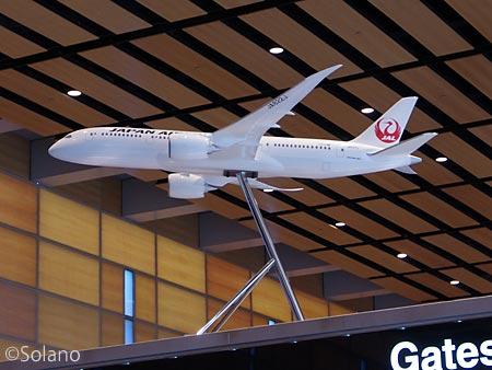 ボストン空港、JAL東京成田線の開設を祝うB787の模型