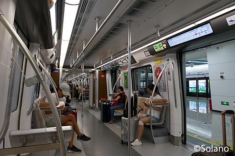 成都メトロ10号線車内、ロングシート部分