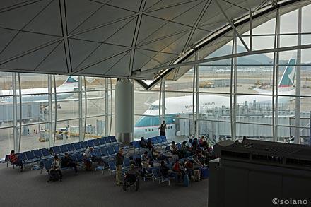 CX香港空港ラウンジ、ザ・ウイングから眺めるキャセイの飛行機