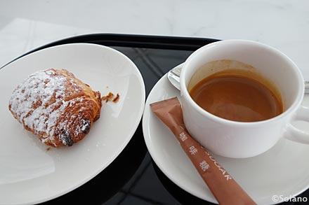 キャセイ香港空港ラウンジ、ザ・ウイングでコーヒーとペストリー