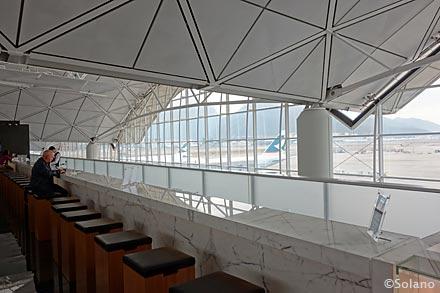 キャセイ香港空港ビジネスクラスラウンジ。ロングバー