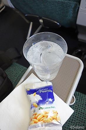 キャセイパシフィック航空、ドリンクとナッツ