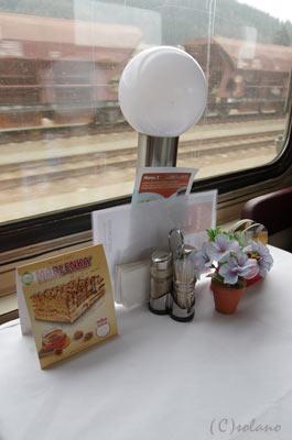 プラハ-ウィーンの特急EC、食堂車テーブル上のランプなど