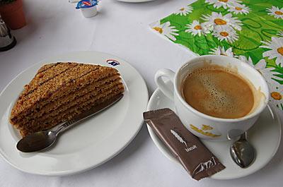 プラハ-ウィーンのEC食堂車。デザートのハニーケーキとエスプレッソ。