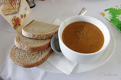 プラハ-ウィーンの特急EC、食堂車でのランチ。スープとパン。