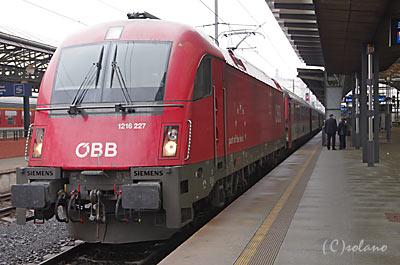 ユーロシティ77を牽引するオーストリア連邦鉄道の電気機関車