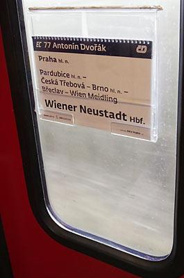 プラハ-ウィーンの特急EC、乗降扉の窓に差し込まれた行き先表示板