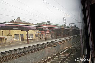 プラハ発ウィーン行きEC77の車窓、チェコのとある駅を通過