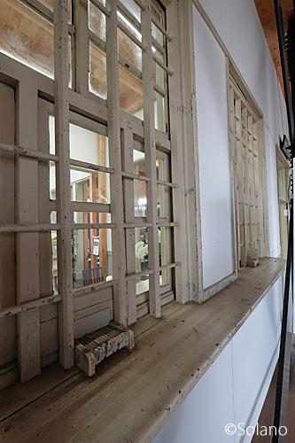 南海本線。浜寺公園駅旧駅舎、かつて切符売場の造りが残る