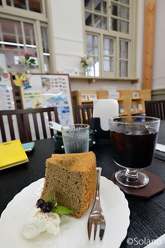 浜寺公園駅旧駅舎カフェ、ケーキとアイスコーヒー
