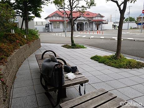 マンション前のベンチに座りながら浜寺公園駅旧駅舎を眺める