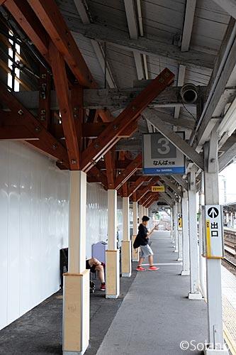 浜寺公園駅プラットホーム、上屋用の仮設?の木の柱