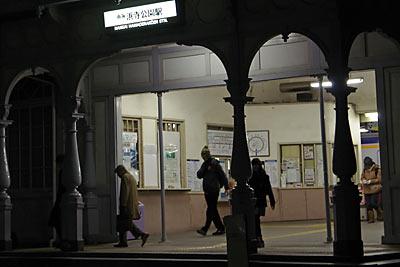 浜寺公園駅から出てくる乗客