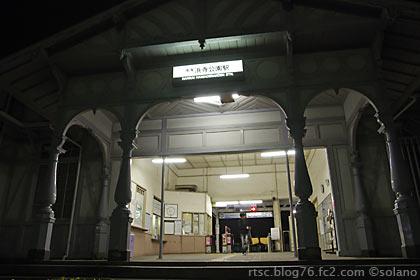 夜の浜寺公園駅、瀟洒な車寄せの造り