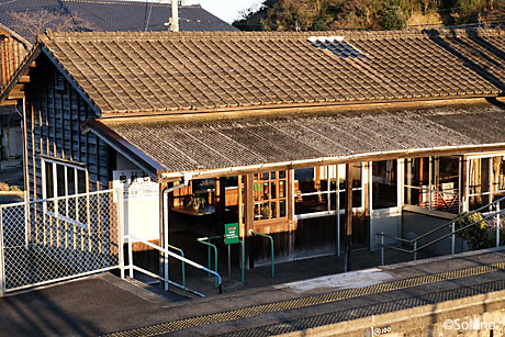 JR九州・長崎本線、夕日を浴びる肥前七浦駅の木造駅舎