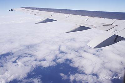 JTA宮古発那覇行き、機窓の白い雲と海の澄んだ風景