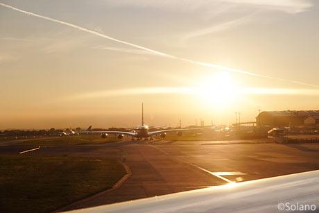 夕日を浴びるロンドン・ヒースロー空港、離陸待ちのB747-400