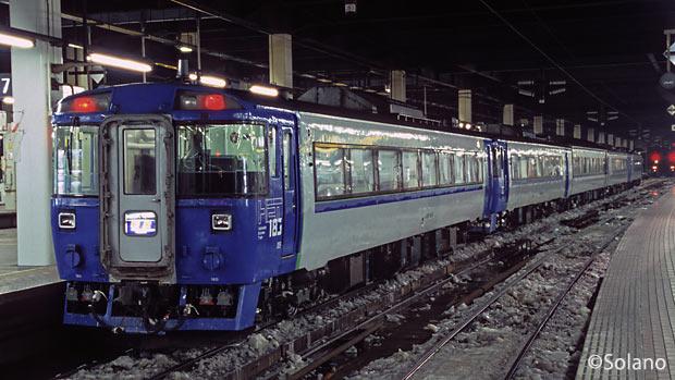 夜の札幌駅で出発を待つ稚内行きの夜行特急・利尻