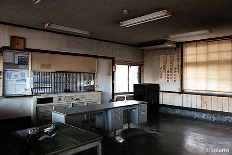 島原鉄道・南島原駅の木造駅舎内部、駅事務室