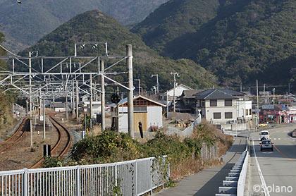 見老津-江住駅間徒歩、江住駅のプラットホームを遠望