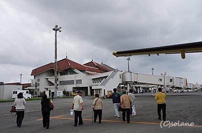 RACのDHC8、宮古島に到着、徒歩でターミナルビルへ。