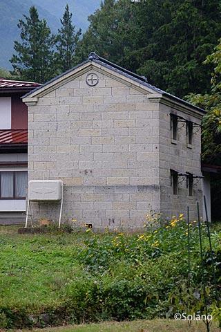 南陽市中川駅近く、中川石でできた石造りの蔵