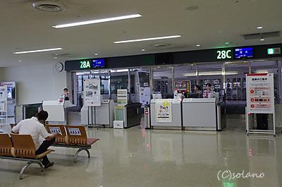 那覇空港、28番搭乗口のバスラウンジ