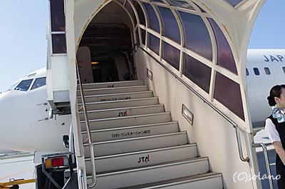 那覇空港、JTAのB737へオープンスポットから搭乗。