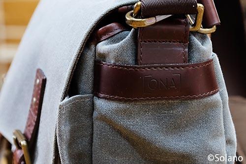 ONAのカメラバッグ、側面のブランドマーク