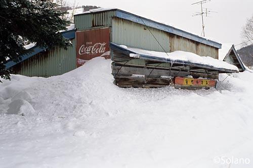雄信内駅前、雪に埋もれる商店の廃墟