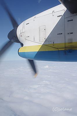 琉球エアコミューター(RAC)DHC8、座席から見るプロペラエンジン