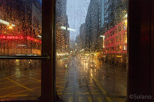 香港トラム2階座席から見る雨のストリート