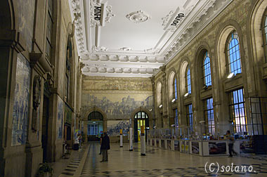 ポルト・サンベント駅、アズレージョが並ぶ駅舎内