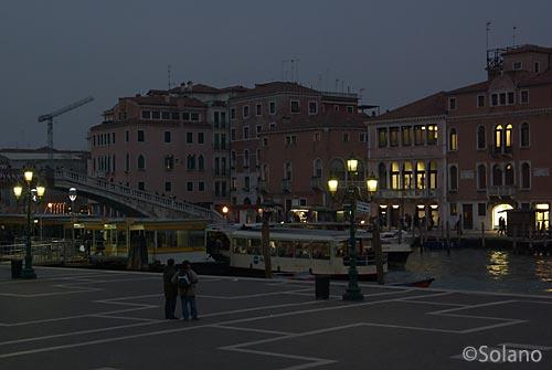 ヴェネツィア・サンタ・ルチア駅前、夜の大運河.