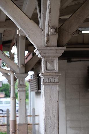 富士フィルムX-1+XF18-135サンプル画像ボケ味:半田駅、木の柱