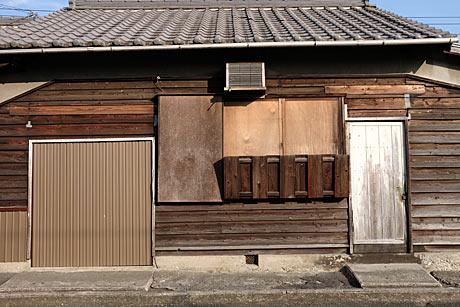 富士フィルムX-1+XF18-135サンプル解像感:木造駅舎の木目