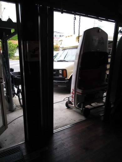 単車を荷台から降ろす (1)