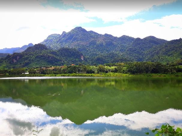 2018-7-20タムルアン洞窟のある山を池越えに望む