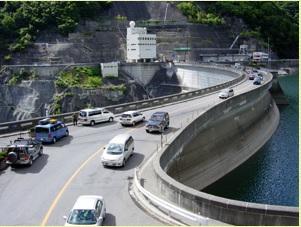2018-8i-31奈川渡ダムの上の国道158号線