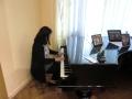ピアノを弾く安達先生