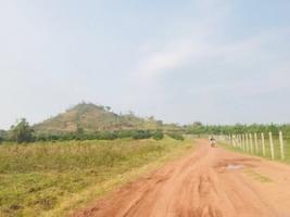 写真左側が、プレア・プット村のある山、写真右側が大通りから村に入る道。