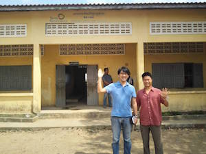 サムロンチェイ村の小学校の視察の様子