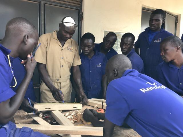 (木工大工で木材をつなぐ方法を教わっています)