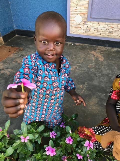 (センターで訓練生のお母さんについて来ている男の子。花をプレゼントしてくれました