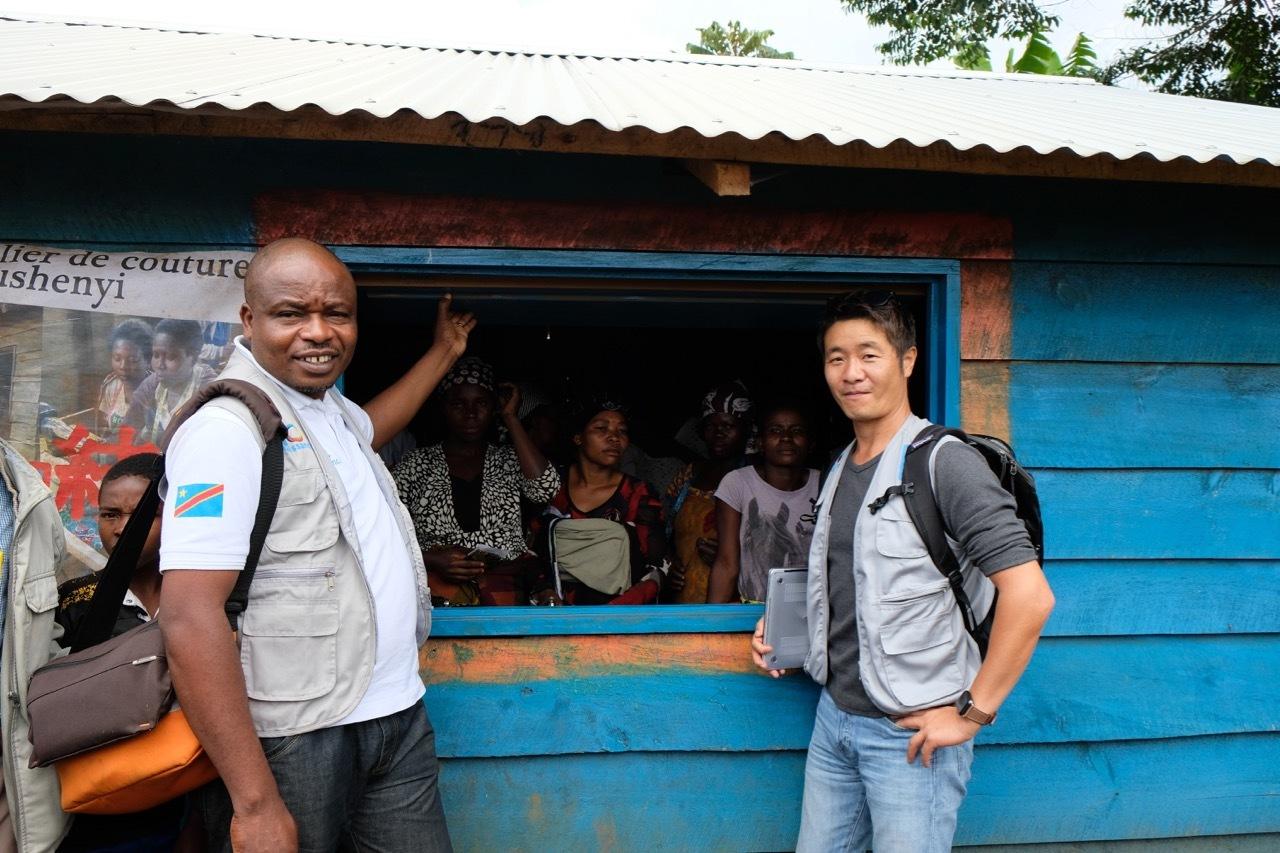 (コンゴの受益者と当会理事長の小川と©テラ・ルネッサンス)
