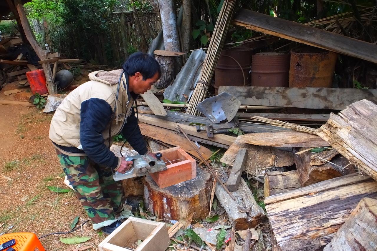 事業前に試験用の重箱式巣箱を試作するシウォンさん