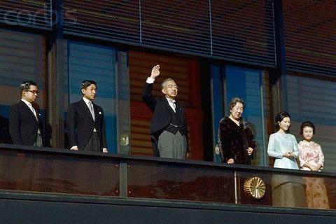 皇居からご一家と民衆に答える昭和天皇