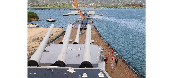 戦艦ミズーリ砲塔 前方はアリゾナメモリアルホール 18437