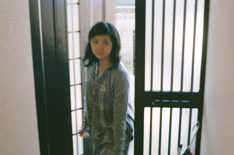 $フィルムカメラで嫁を撮る -YOME--玄関先
